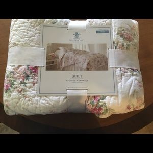Accessories - NWT Shabby chic twin quilt